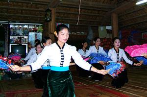 Nghệ thuật trang trí biểu hiện trên trang phục của người Thái Tây Bắc.